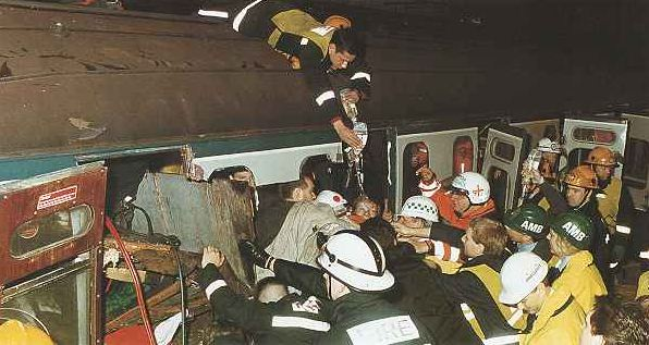 Rescue teams at Cannon Street, January 1991. (Image: The London Fire Journal).