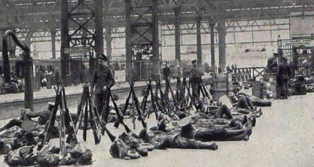 Troops waiting to depart Waterloo on the eve of WWI, August 1914 (image: London Illustrated News).