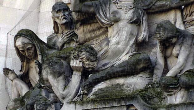 Suffering figures cower beneath Bellona.
