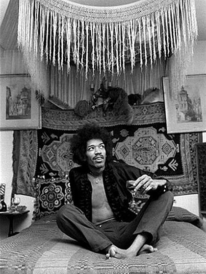 Jimi chilling at Brook Street, c. 1968