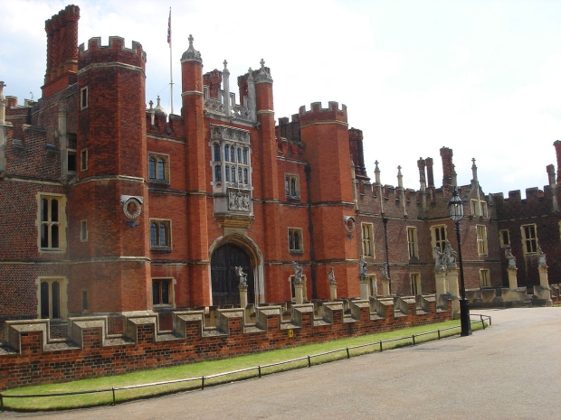 Hampton Court (image: Wikipedia)